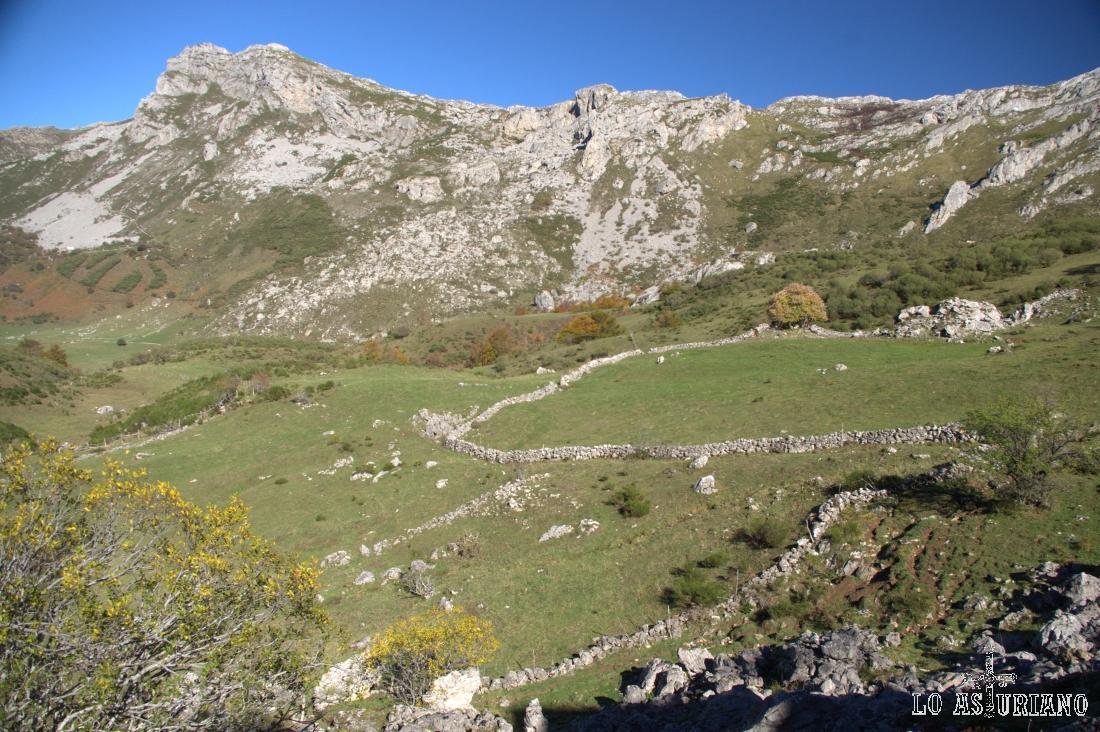 Pico Cueva Camayor y a la derecha, el entorno de los Pozos de Promediu.