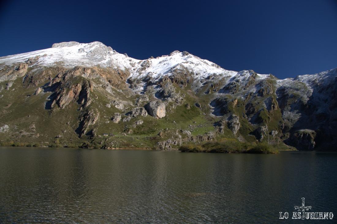 A 1566 metros sobre el nivel del mar, el precioso Lago del Valle.