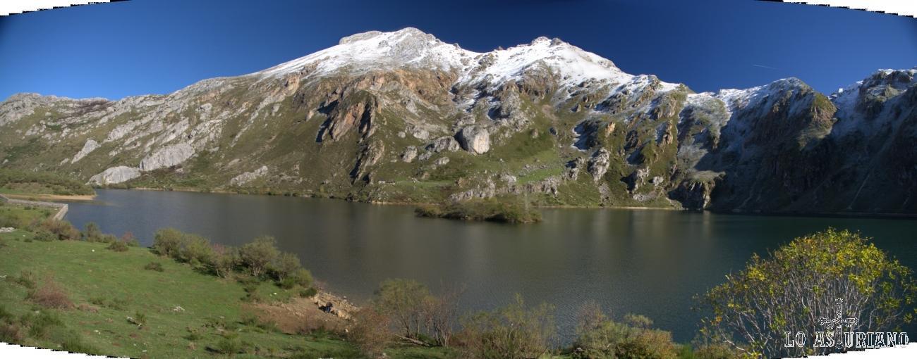 Panorámica del Lago del Valle, con el Pico Albo Occidental, detrás.