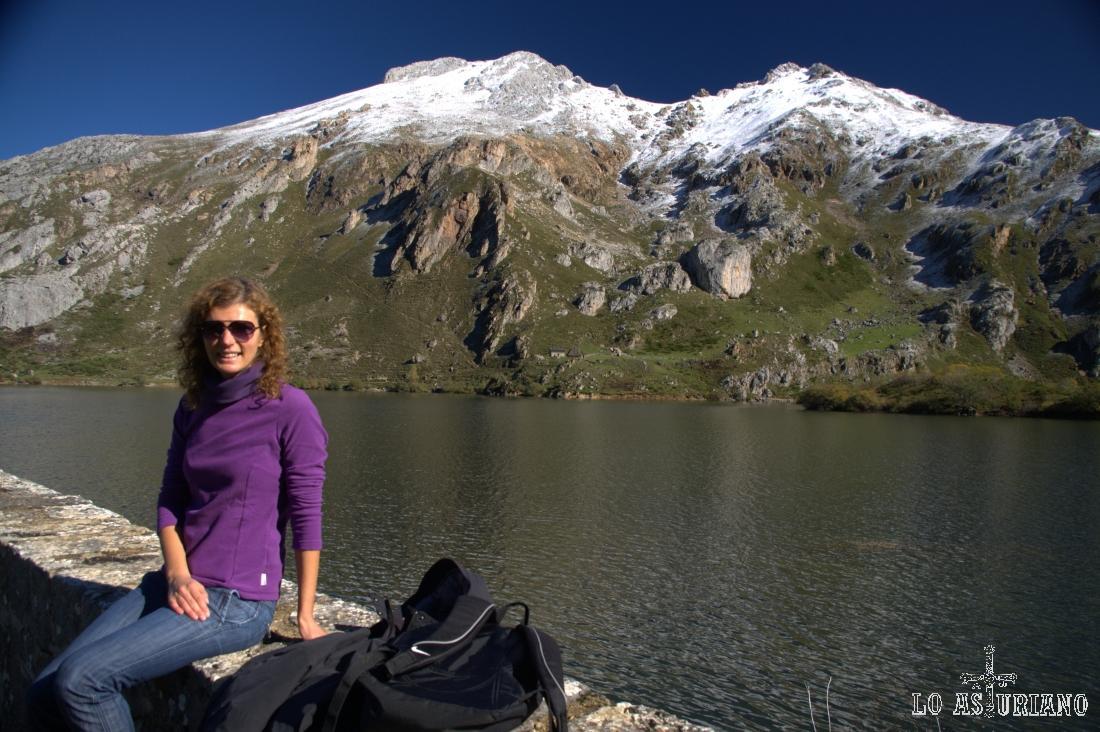 Descansito en el dique de contención del lago del Valle, que justamente es una de las razones, por la que este lago es el mayor de la Cordillera.