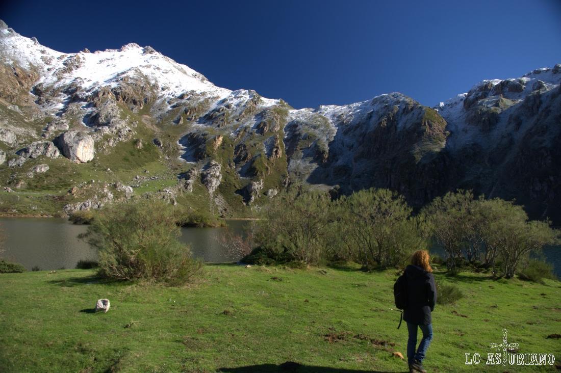 Disfrutando del paseo en el precioso lago del Valle, una de las estrellas del increíble Parque de Somiedo.