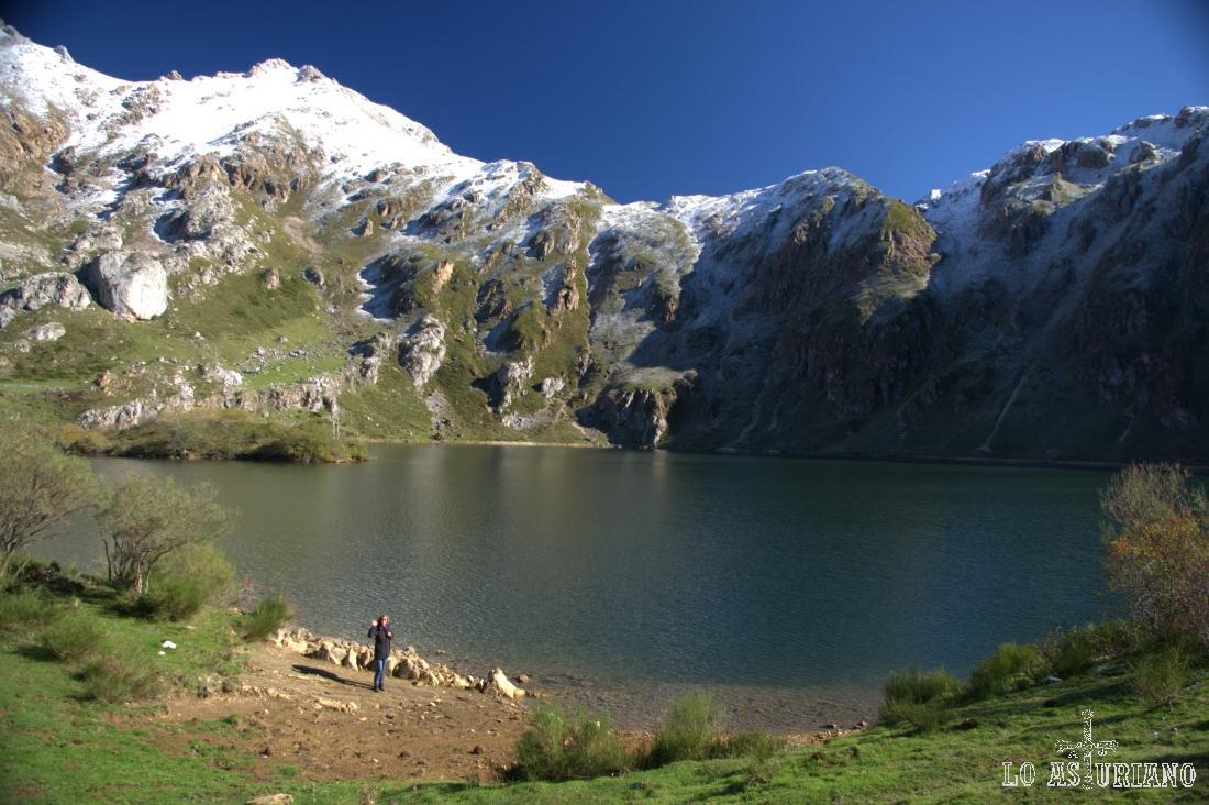 El lago del Valle, el mayor de los lagos asturianos, con forma arriñonada y una profundidad de unos 15 metros.