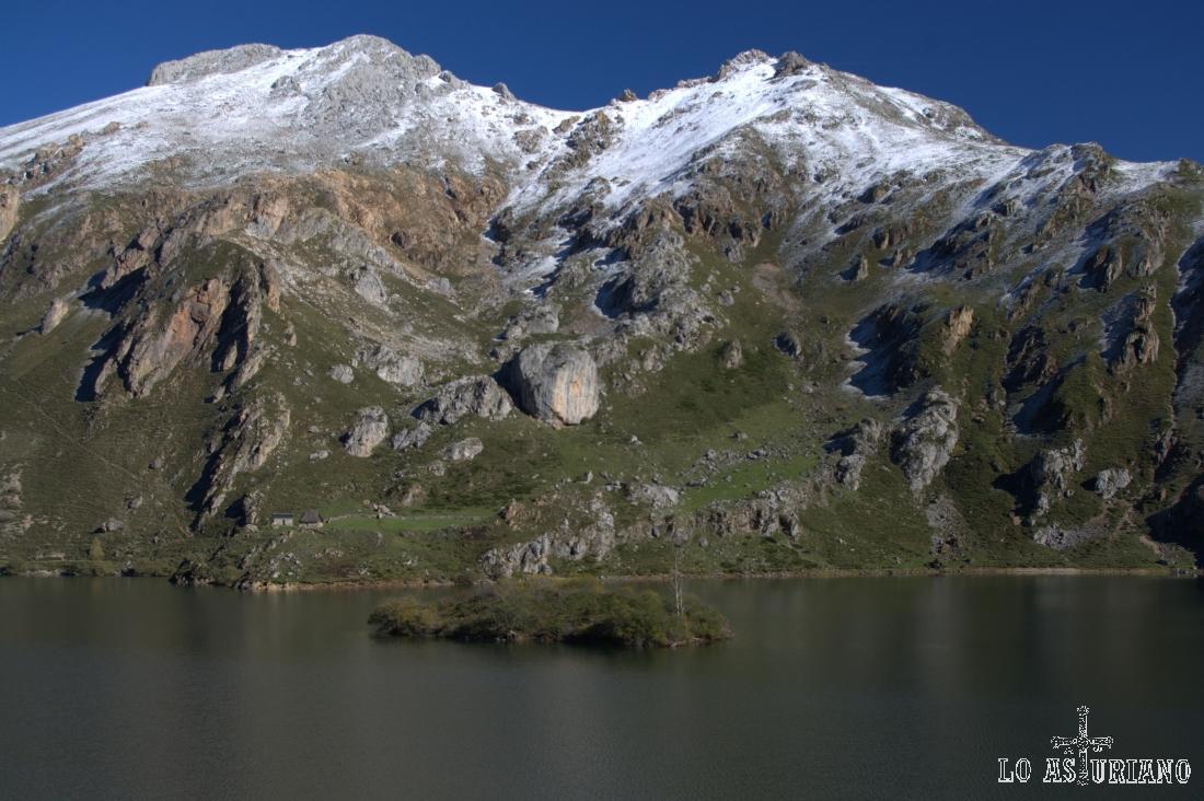 El lago del Valle, al que se accede sólo andando desde Valle de Lago o L´Outeiro, tiene una pequeña isleta central.