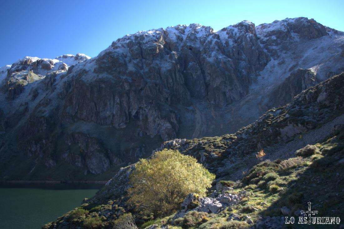 Picos de la Mortera, en el extremo suroeste del lago del Valle.