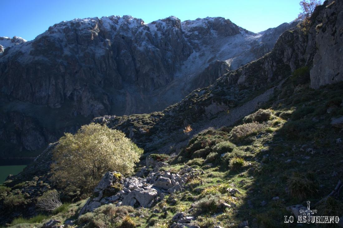 Paredes del antiguo circo glaciar del lago del Valle, Somiedo.