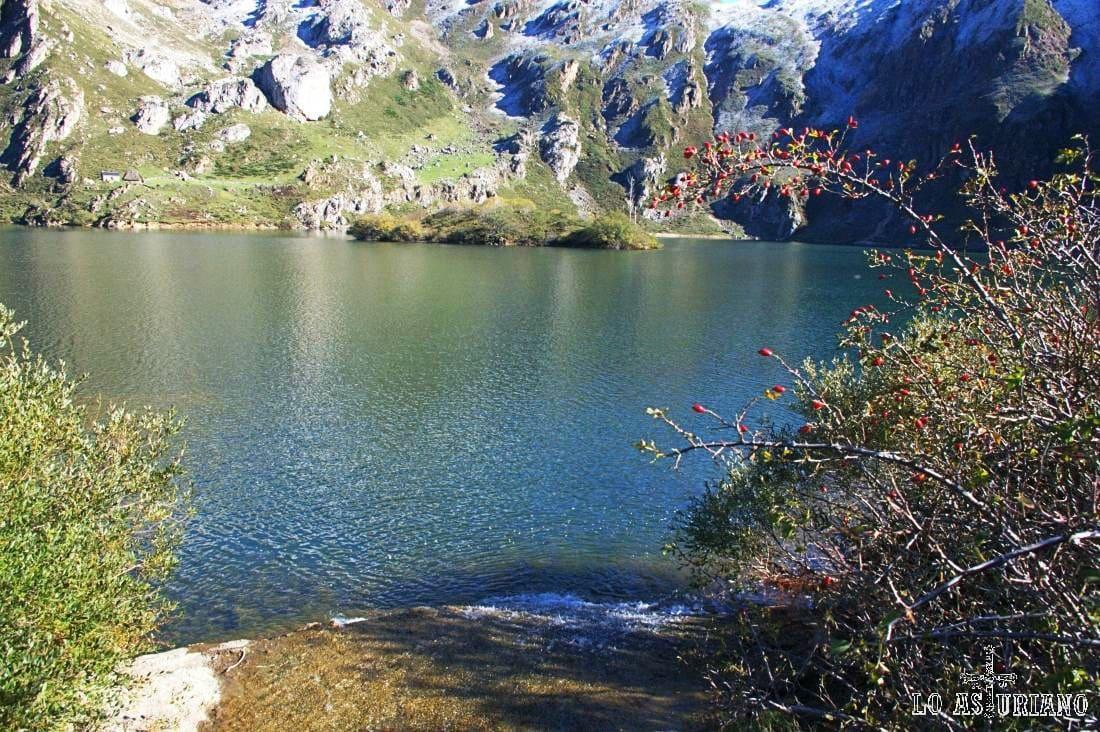 La profundidad del lago del Valle es de unos 15 metros, y tiene una característica isla en el medio.
