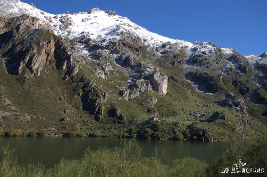 La Cabaña Cobrana, en la otra orilla, y el Pico Rubio.