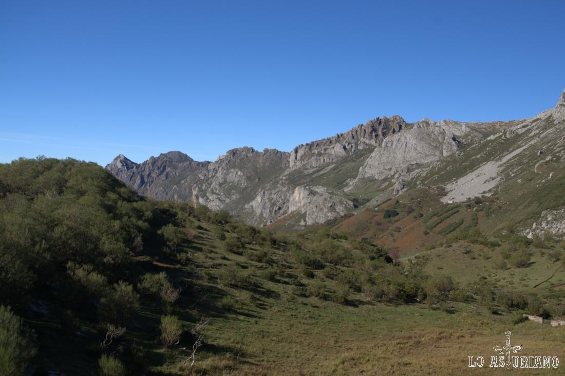 De derecha a izquierda: peña Minga, el Tarambicu, los Crespeos, la Estaca y el alto las Cruces.