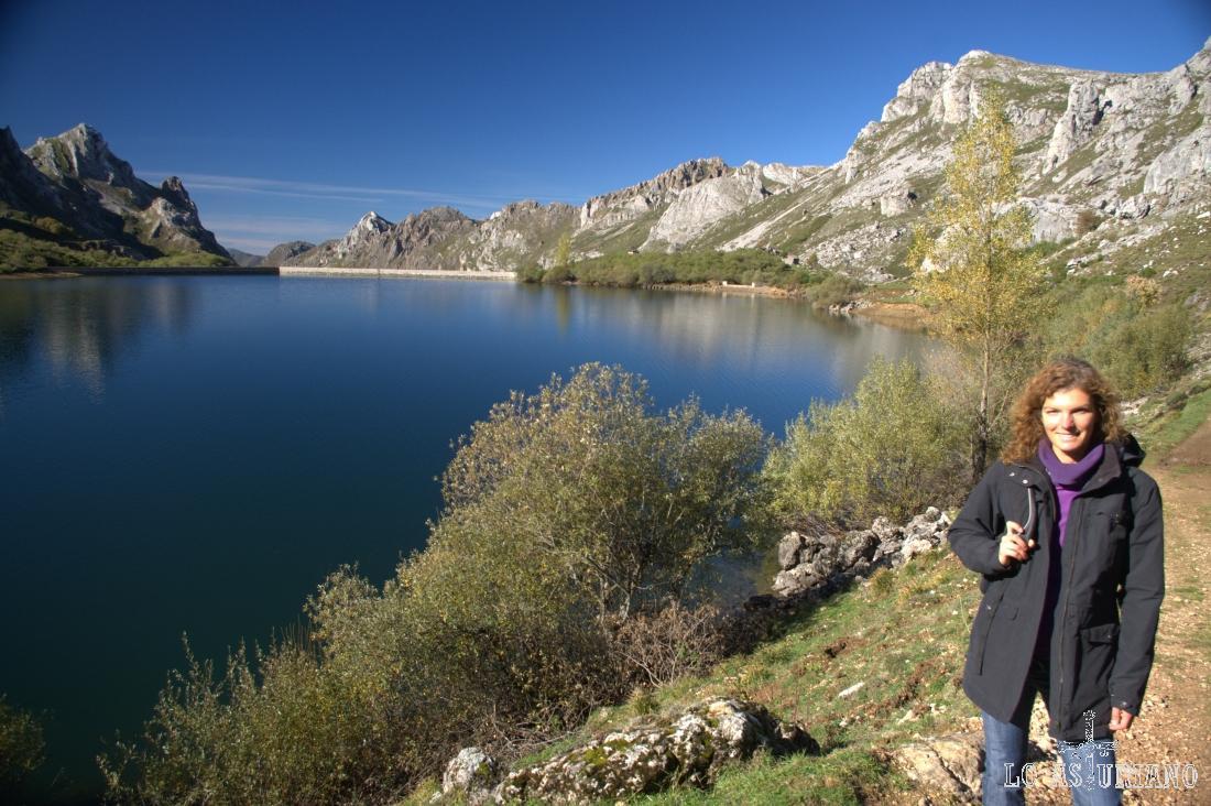El lago del Valle tiene unas 12,5 hectáreas de superficie, ayudado en parte, gracias al dique de contención del fondo.