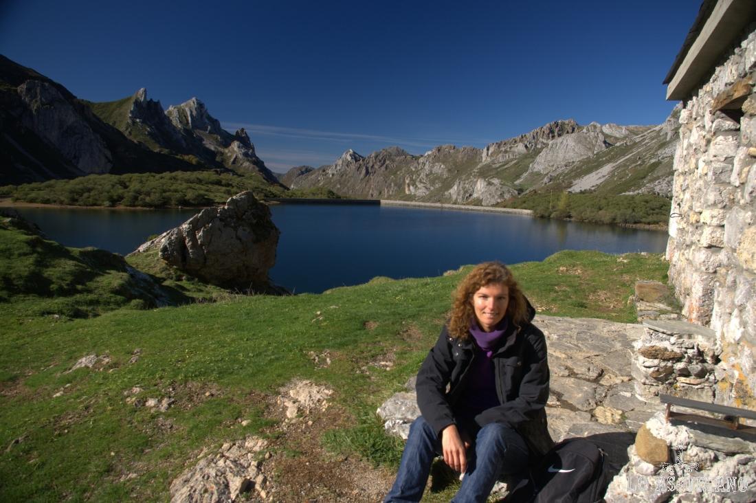 Descansando en la cabaña Cobrana, con las mejores vistas del lago, detrás.