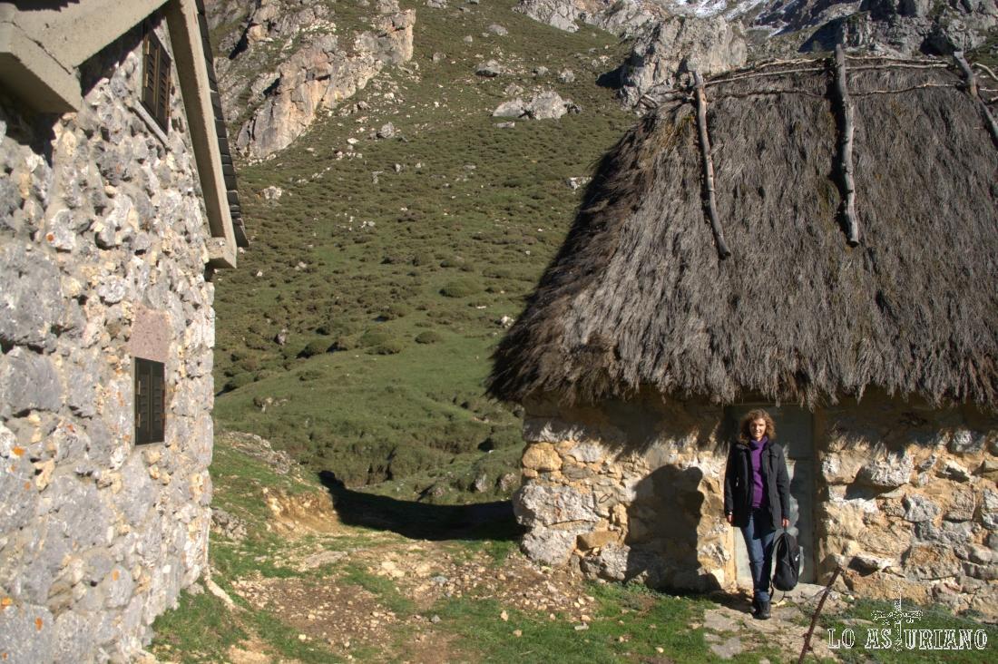 Foto en la cabaña de teito que hay en el lago del Valle, en Somiedo.