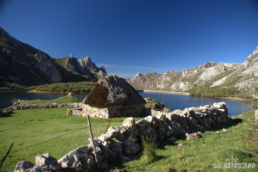 Cabaña de teito en el lago del Valle, Somiedo.