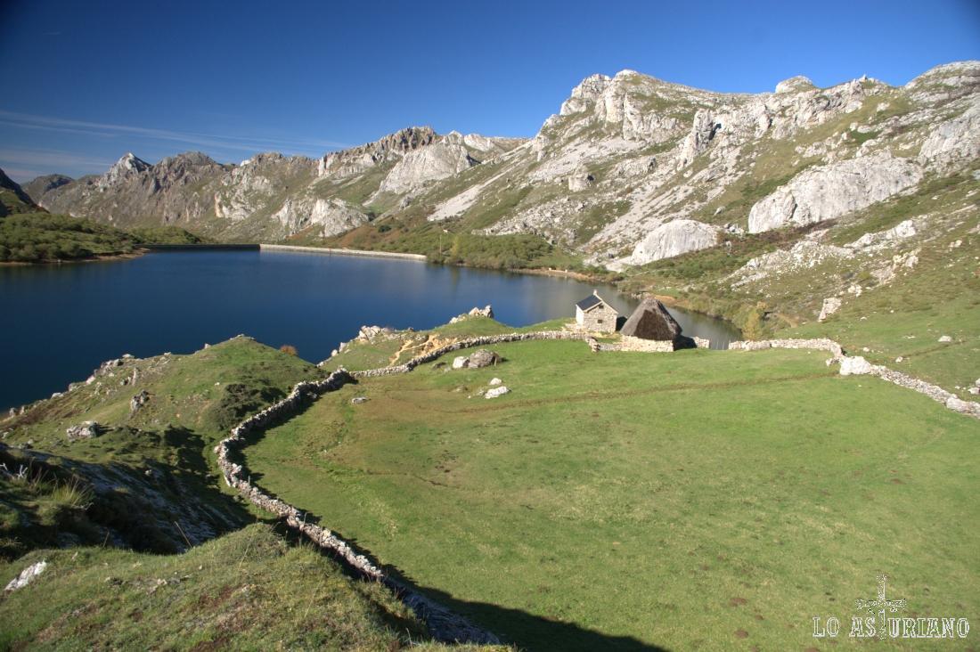 Pastos en Cobrana, a más de 1500 metros de altura, en el extremo del Valle del Lago, ante el precioso lago del Valle.