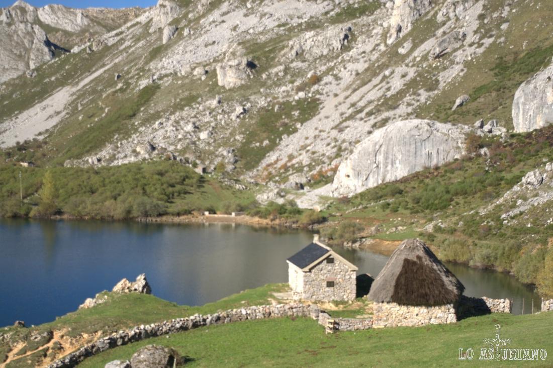 Cabaña Cobrana, en el lago del Valle, Somiedo, Asturias.