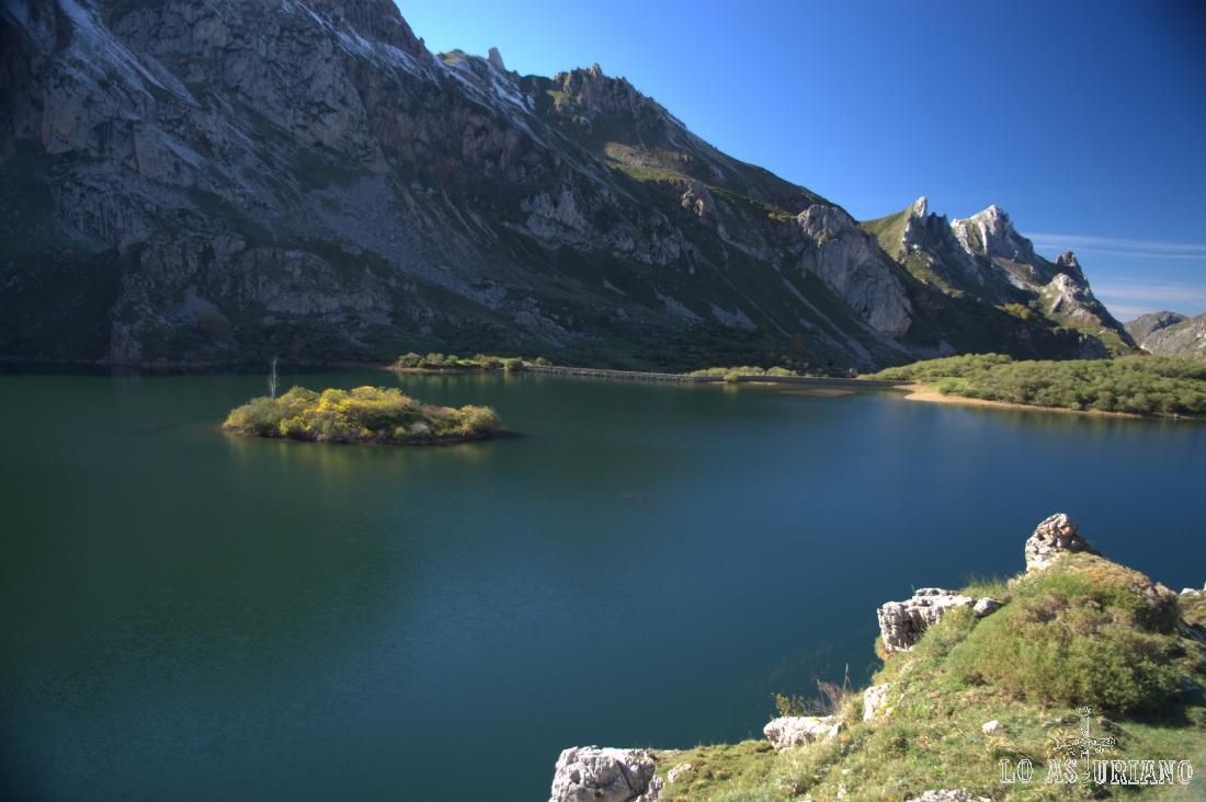 La sierra de la Mortera, con Peña Miró, y al fondo, los Esperones y el Canalón.