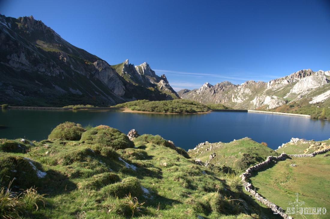 Vistas del lago del Valle desde la zona de cabañas, con los Esperones, Canalón o Tarambicu, entre otros, de telón de fondo.