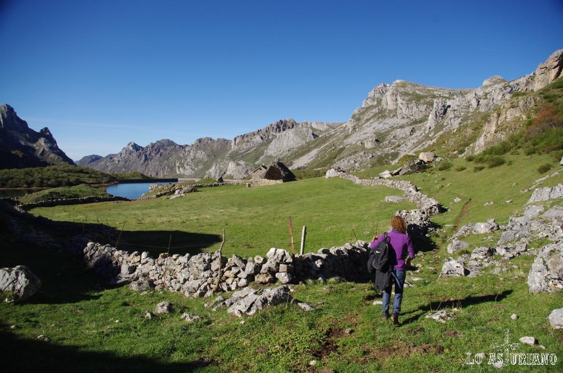 El lago del Valle es posible recorrerlo por el contorno; tienes varias fuentes en el entorno.