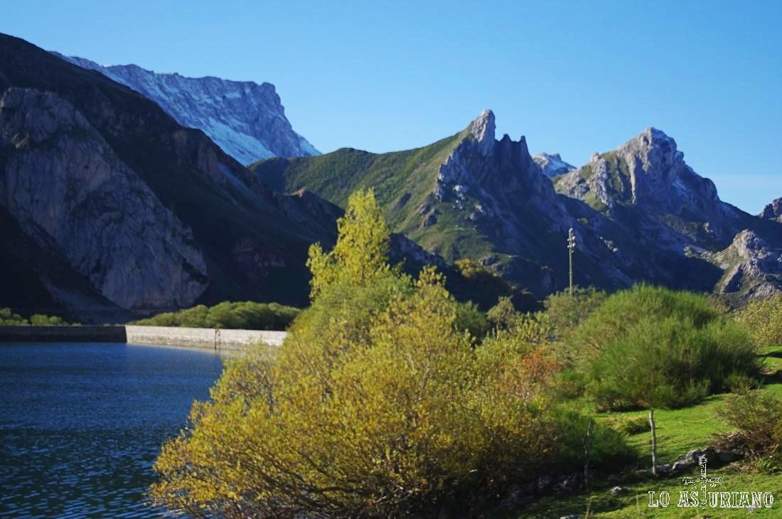 Peña Chana, con sus 2065 metros, ya con nieve a principio de noviembre.