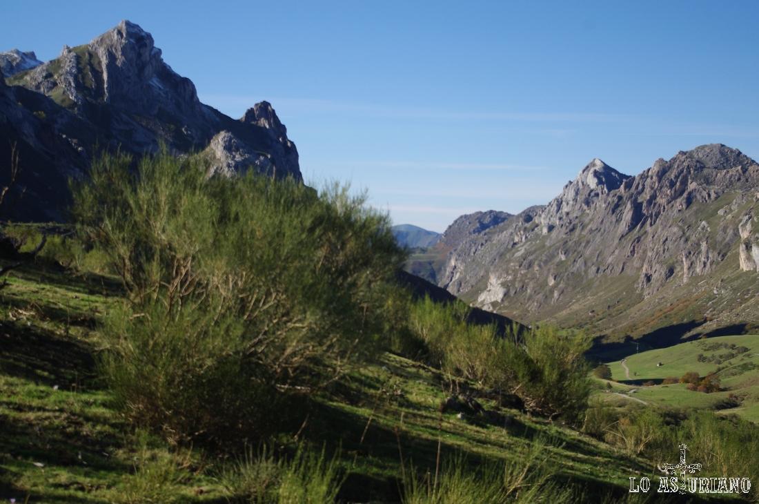 Los Esperones, a la izquierda; en su entorno se encuentra la laguna de Invierno.