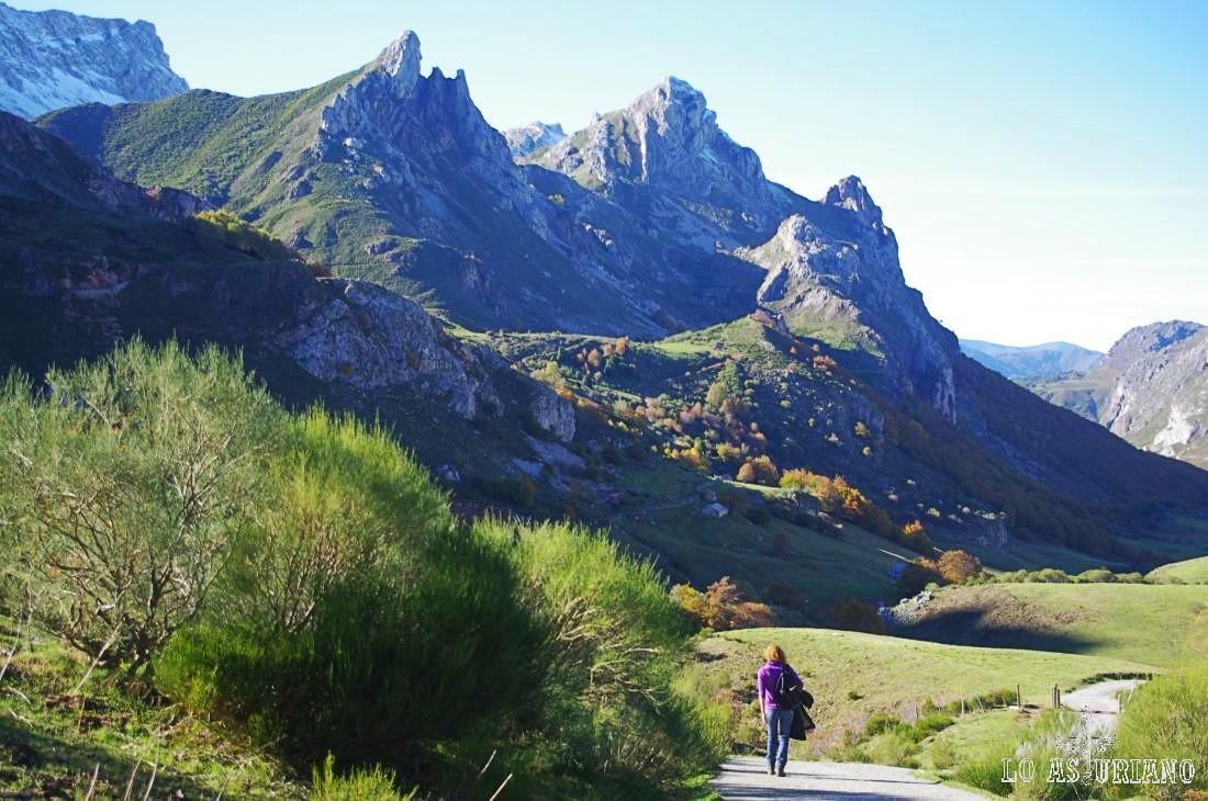 Fabulosas vistas de las laderas del valle, donde destacan las agujas de los Esperones, Pico Canalón y Pico el Arco.