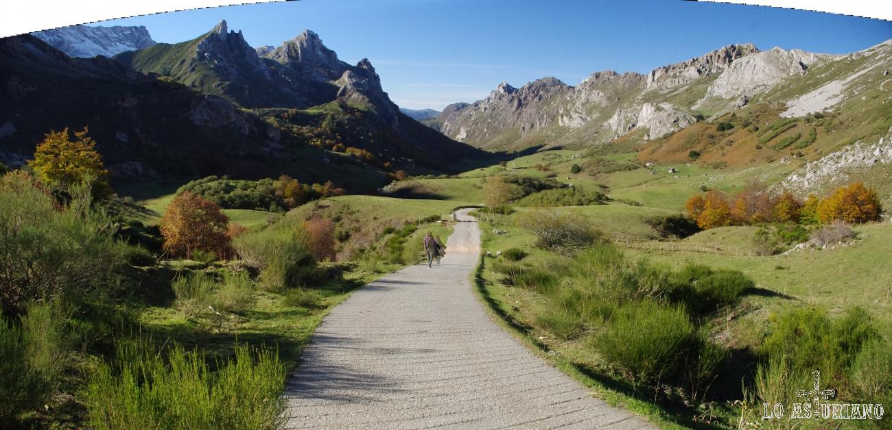 Estupenda panorámica del Valle del Lago, atravesando la pradera, en el concejo de Somiedo.