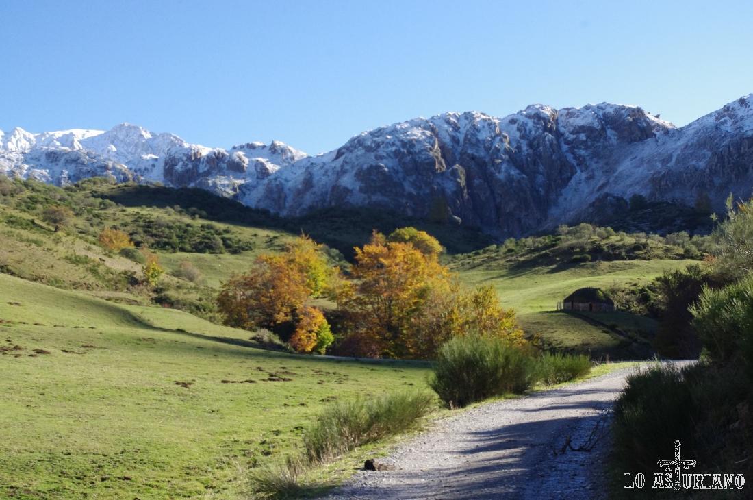 Estribaciones de la sierra de la Mortera, con Peña Orniz, a la izquierda.