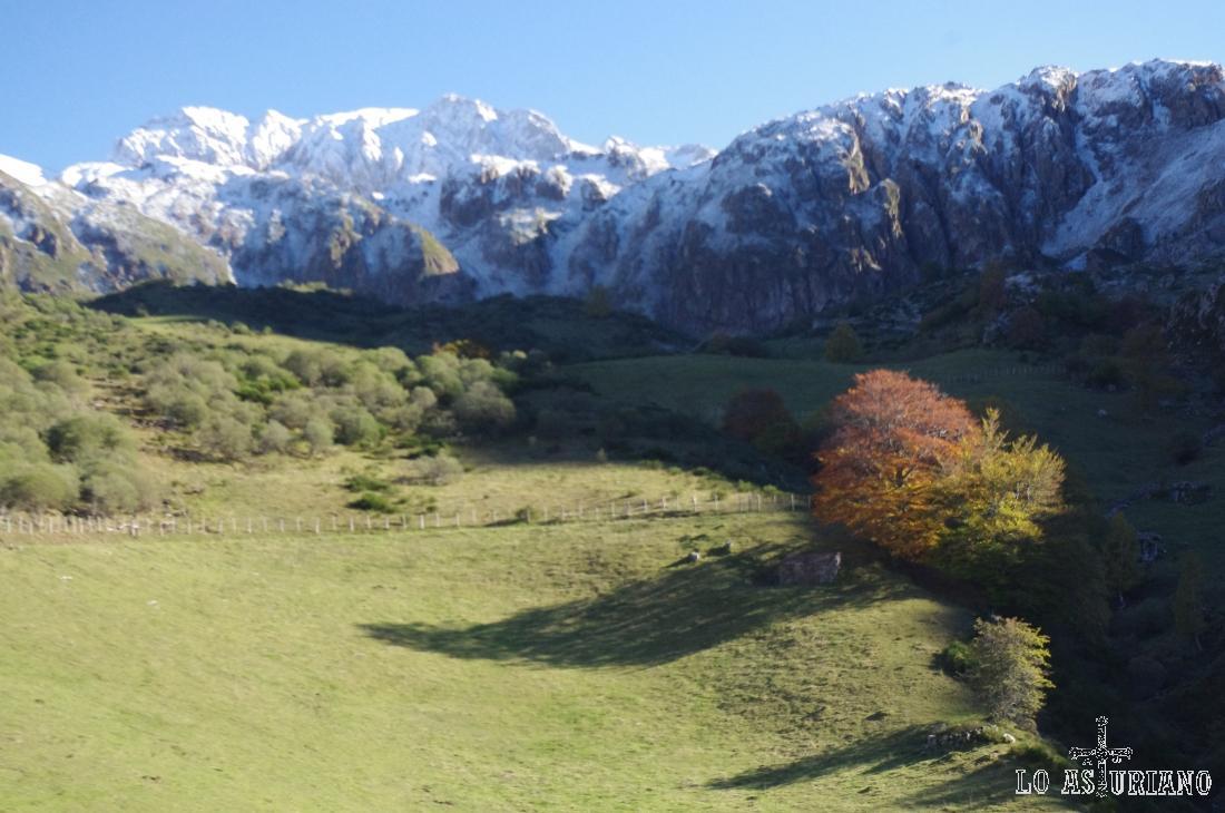 Cumbres nevadas en la ruta al lago del Valle.