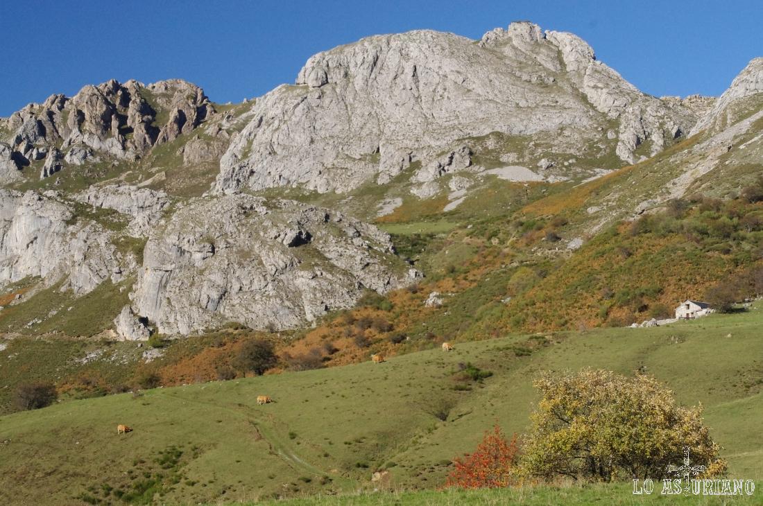 Peña la Braña o la Minga, de 1754 metros; bajo esta, el alto la Braña, donde está la braña de Sobrepeña.