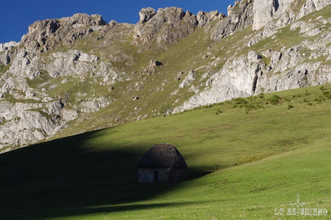 Cabaña de teitu en la zona de Arixiende, en el Valle del Lago, Somiedo.