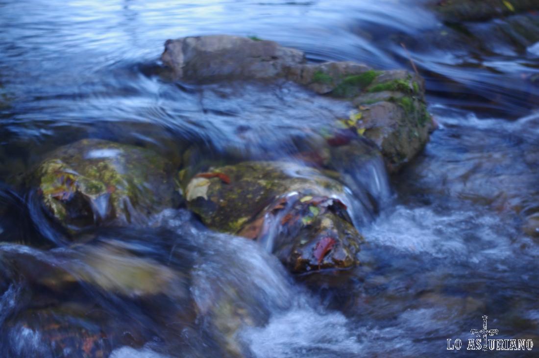 """Aguas del río Valle; esta ruta genera confusión con los nombres: el río se llama """"río Valle"""", el pueblo del que partimos es """"Valle de Lago"""", el lago es """"Lago del Valle"""". Un poco lío. :)"""