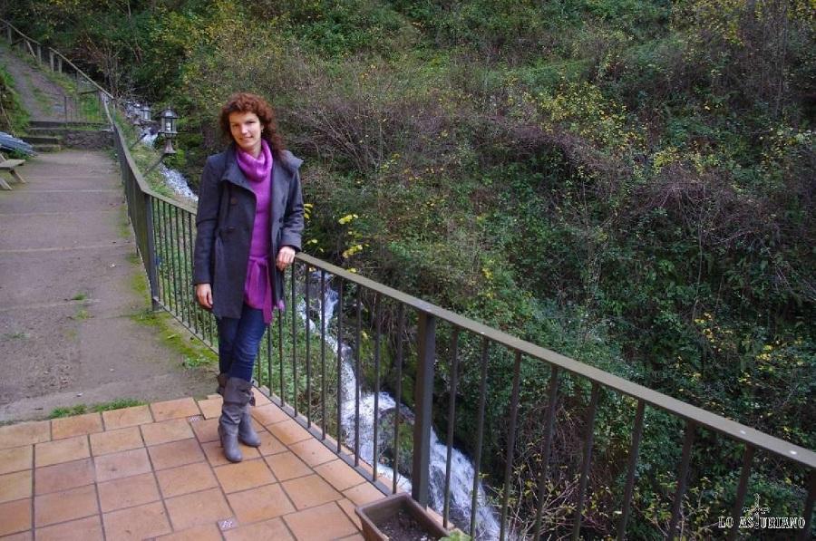 Mirad que cascada más bonita y relajante tiene el hotel Puente Vidosa, justo en pleno del desfiladero de los Beyos, uno de los más bonitos de Asturias. Aquí sólo hay estrés si se te cruza un lobo... :)