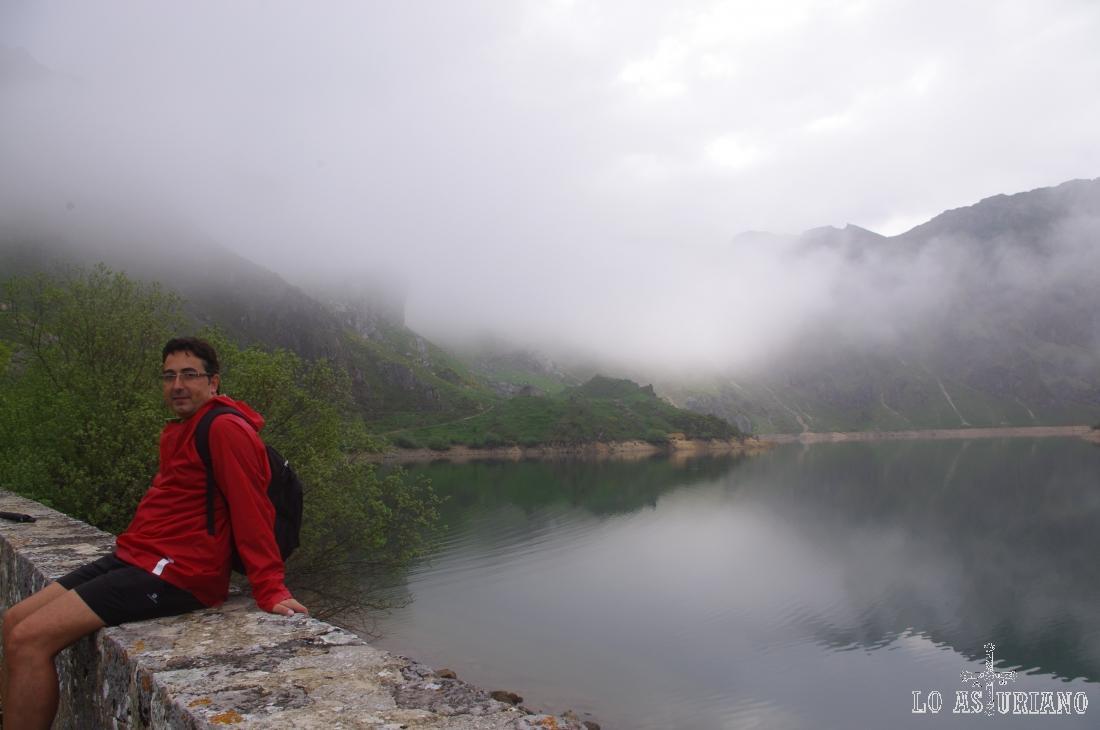 En el dique de contención del lago del Valle, Somiedo.