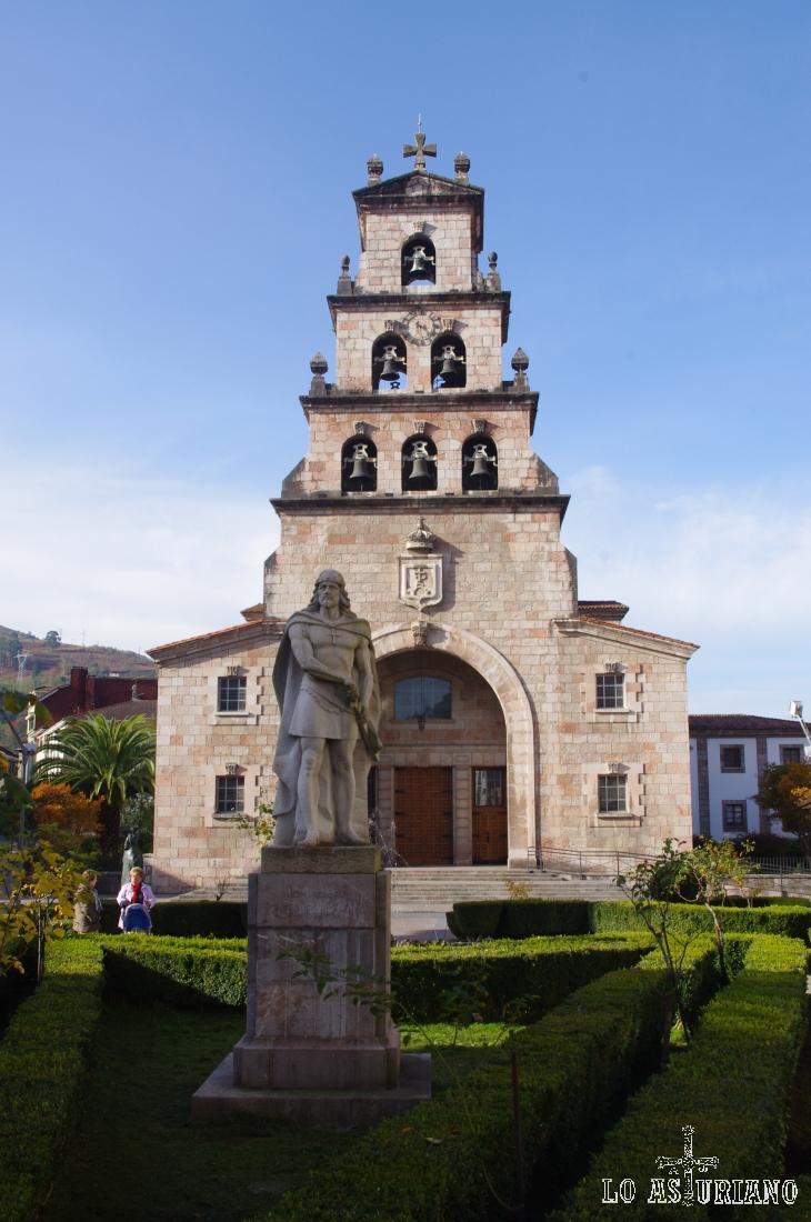 Iglesia de la Asunción y monumento a Don Pelayo, en el centro de Cangas de Onís.