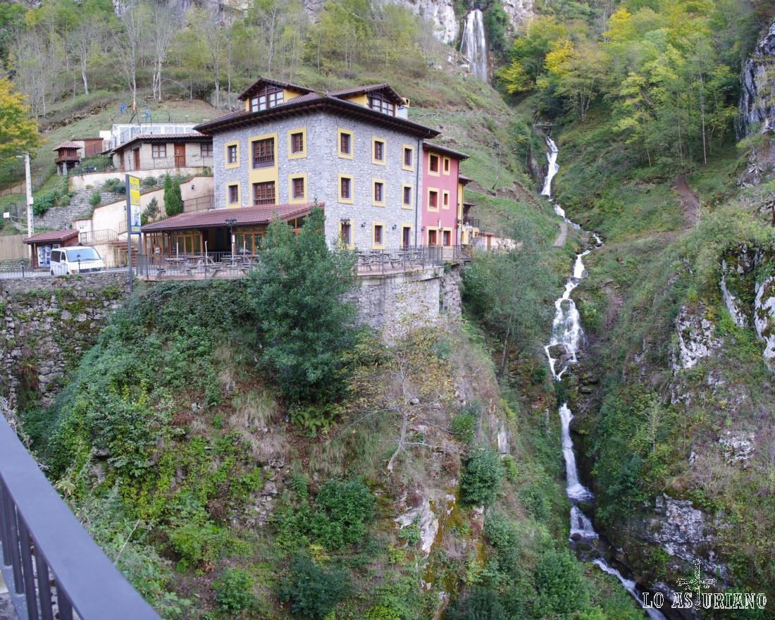Preciosa cascada del río Aguasiló y el hotel puente Vidosa.