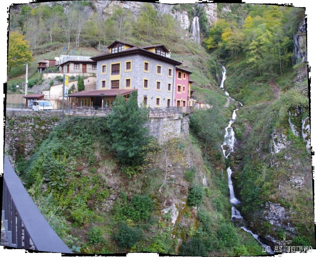 Cascada en el hotel puente Vidosa, en el desfiladero de los Beyos.
