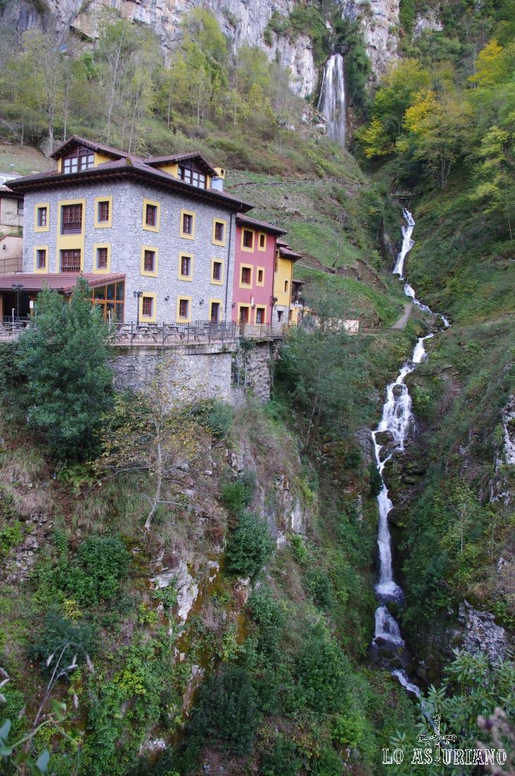 Para llegar al hotel puente Vidosa, simplemente debes tomar en Cangas de Onís, dirección a Amieva y seguir el precioso desfiladero de los Beyos.