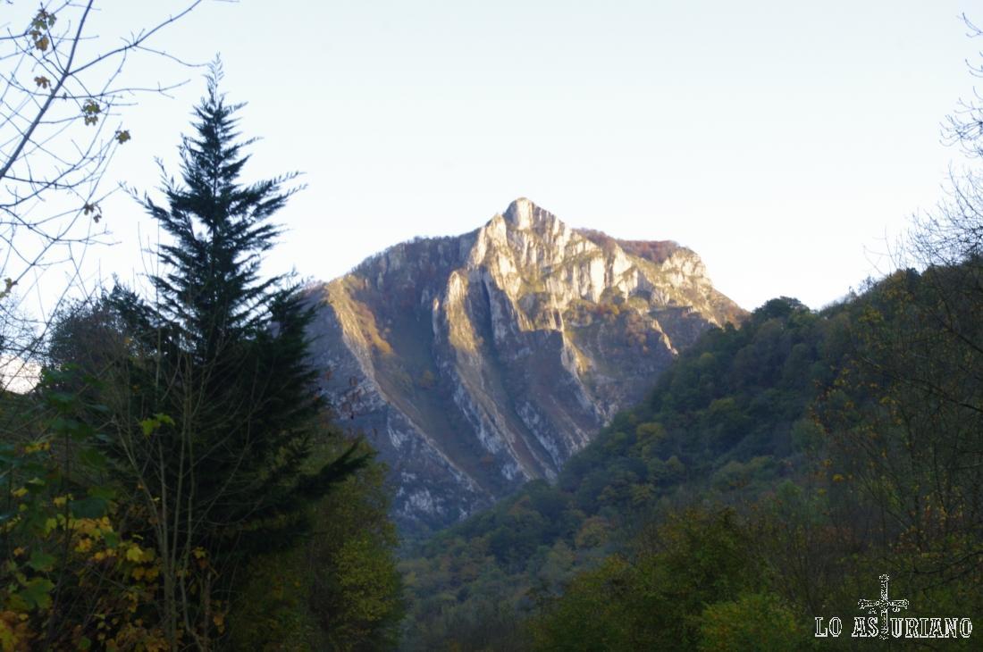Peña Seña o Pico la Cumbre, desde el desfiladero de los Beyos.