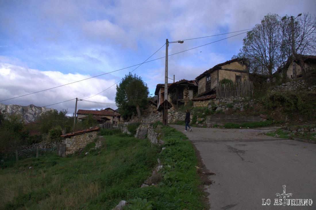 En Bermiego, un precioso pueblín en las laderas de Champaza y Pelitrón.