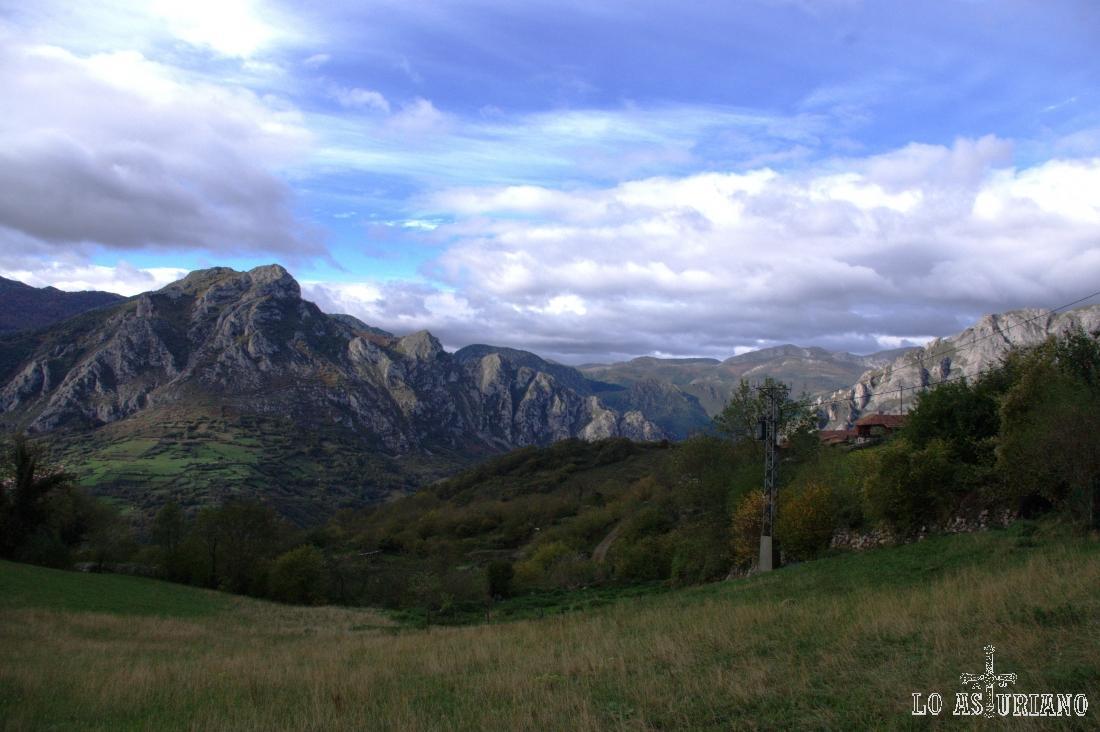 La sierra de Gorrión, junto con la de Caranga (más a la derecha), son la puerta al valle de Quirós.