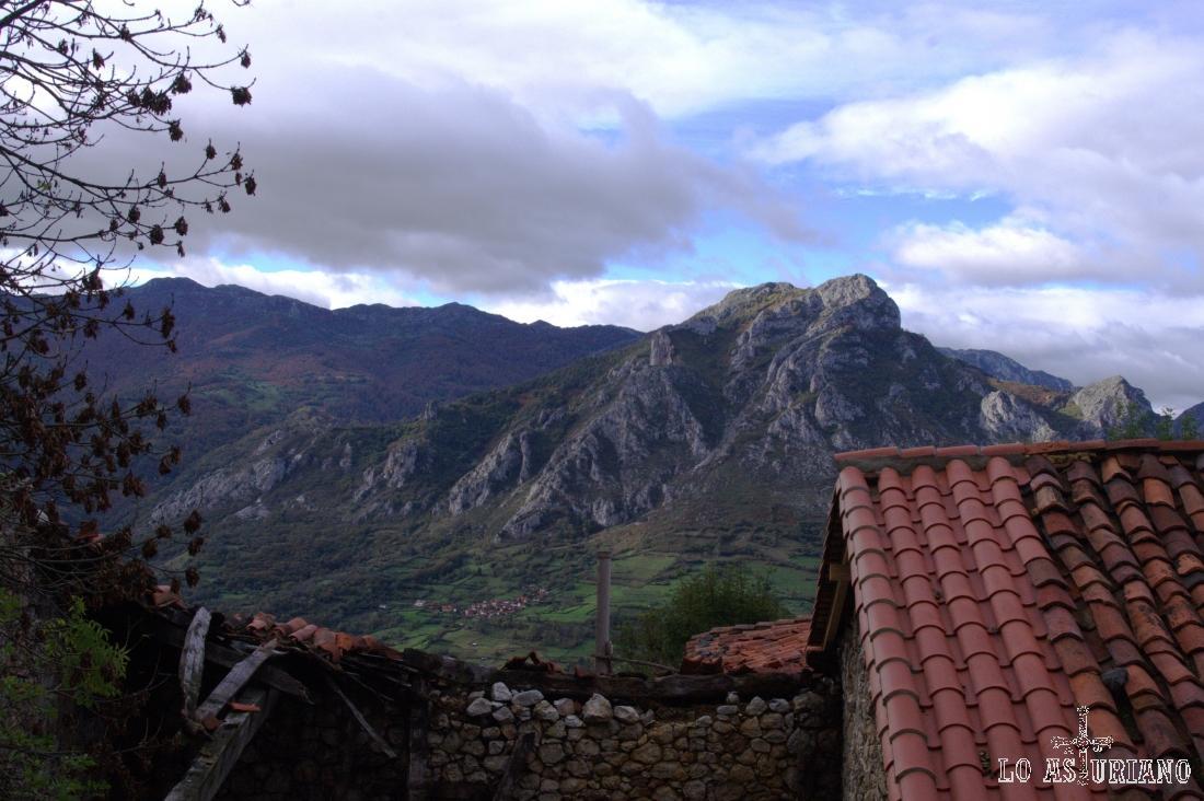 Pico Contruteiru y Mayor, en la sierra de Gorrión, y en sus laderas Toriezo. Las vistas son desde Bermiego, en Quirós.