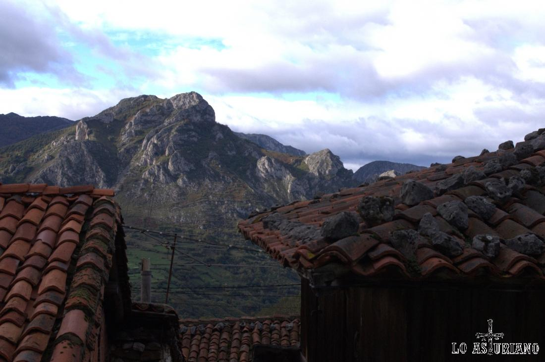 La sierra Gorrión desde Bermiego, uno de los pueblos más bonitos del concejo de Quirós. Abajo está el popular embalse de Valdemurio, paso de la Senda del Oso.