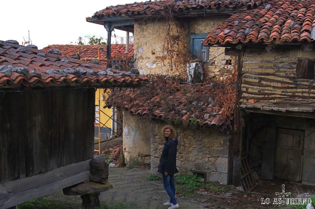 Casas y hórreos en el precioso Bermiego: todo un viaje al pasado de estas tierras.