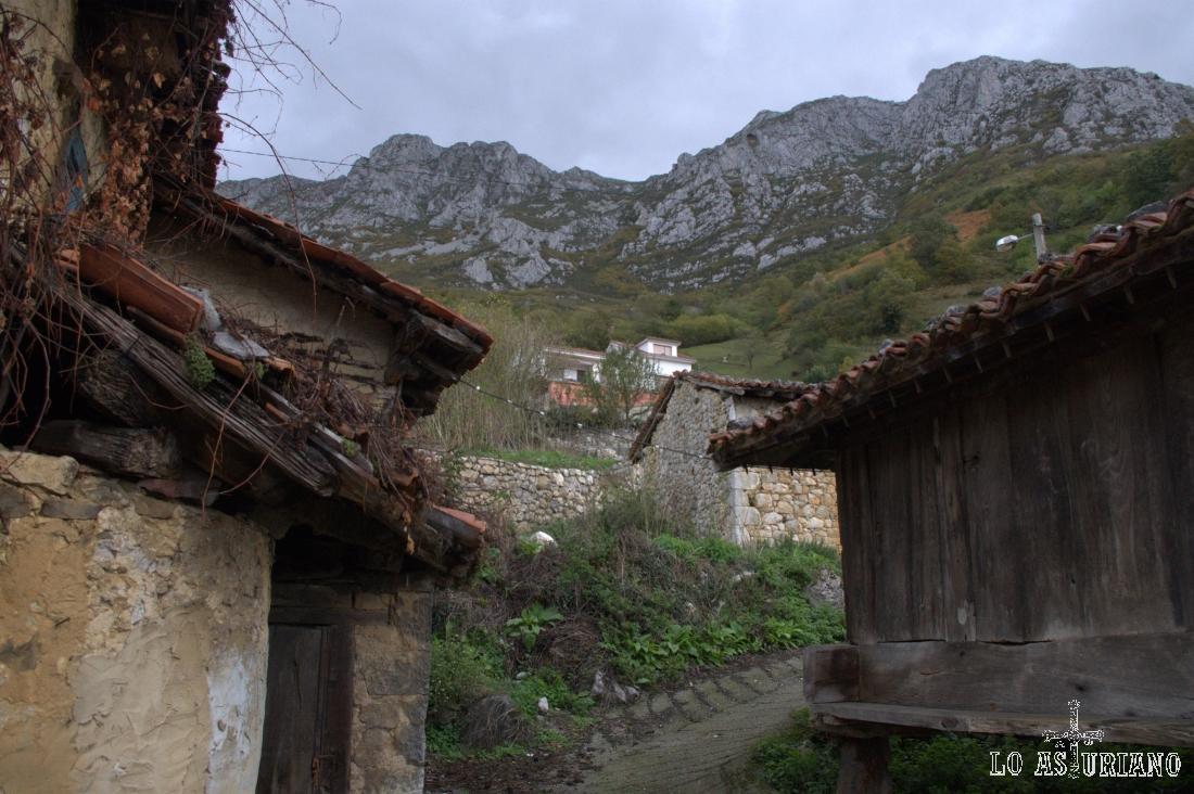 El pico Gorbizosu, el Pelitrón, de 1562 metros, y a la derecha el Champaza, de 1454 metros. Son la antesala de la sierra del Aramo.