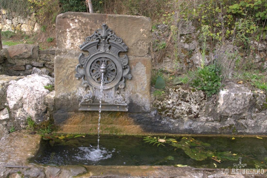 La fuente del Choao, en Bermiego, que toma sus frescas aguas del reguero de la Fontana.