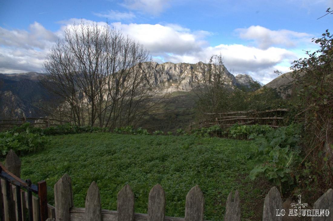 Al fondo, asoma, la sierra de Caranga, y detrás de la misma fluye un joven río Trubia, en su parte alta.