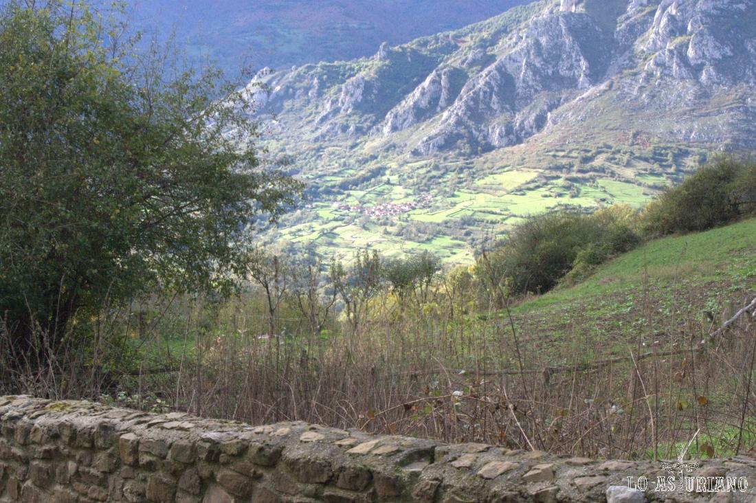 Toriezo y el valle del río Quirós, que muere muy cerquita, en el embalse de Valdemurio.