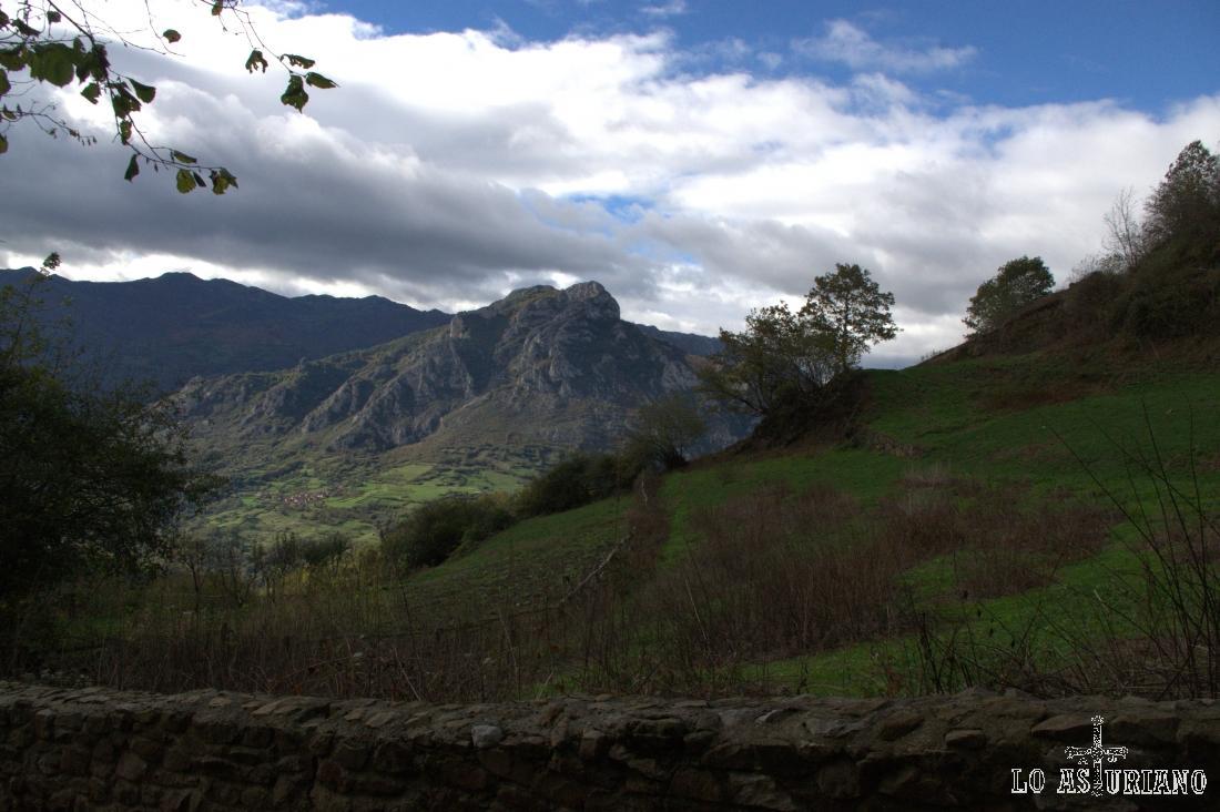 El Pico Mayor o Gorrión, desde Bermiego, al otro lado del valle de Quirós.