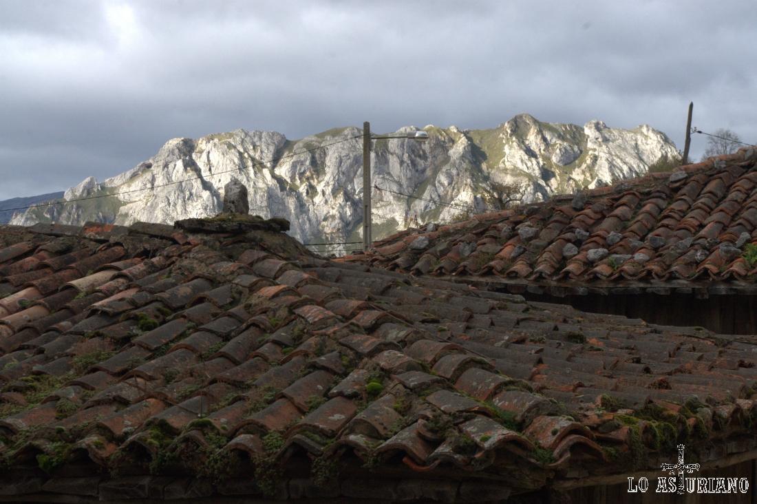 Le sierra de Caranga, con su mayor altura del pico La Hoya, de 1194 metros.