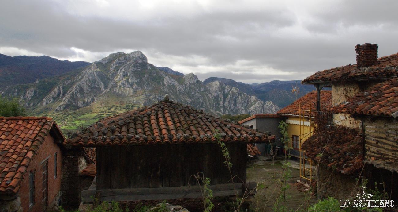 El carismático pico Gorrión (que da unas vistas increíbles al embalse de Valdemurio), desde el idílico Bermiego.