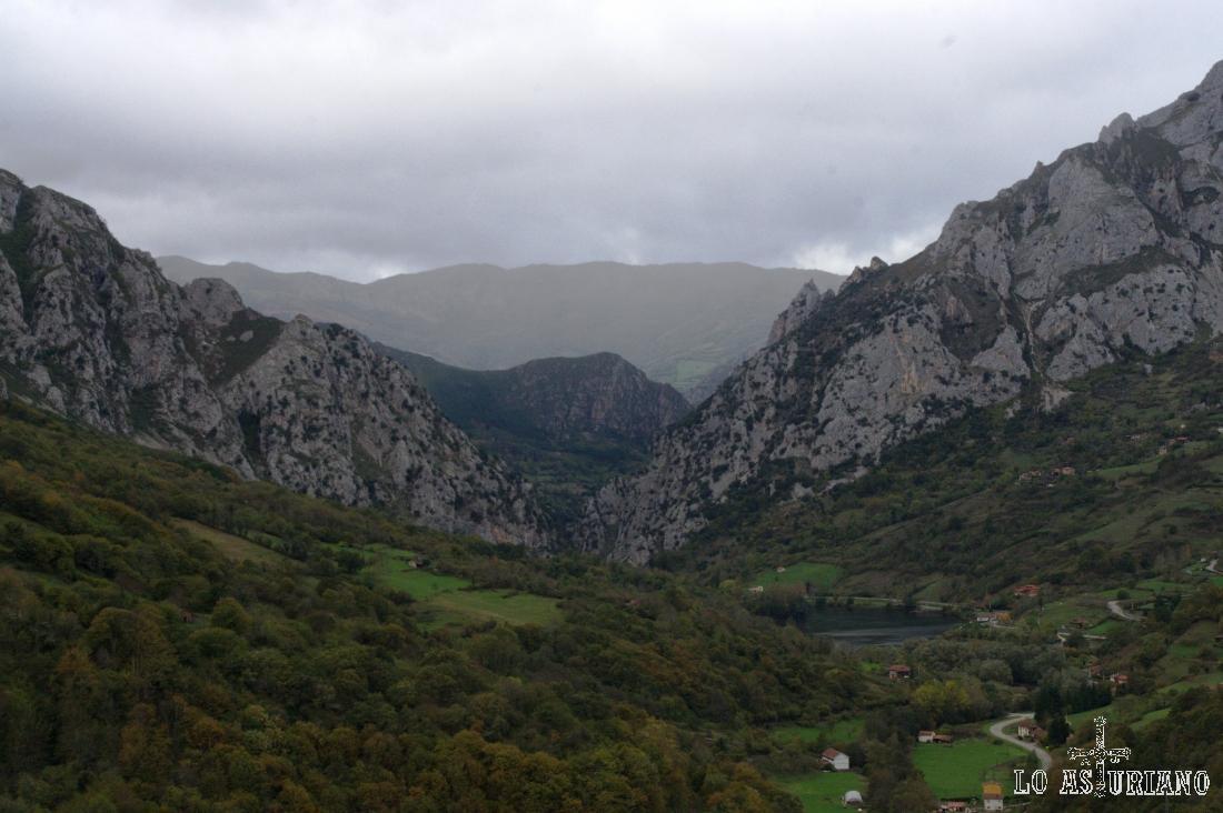El embalse de Valdemurio, desde una curva de la carretera de subida a Bermiego.